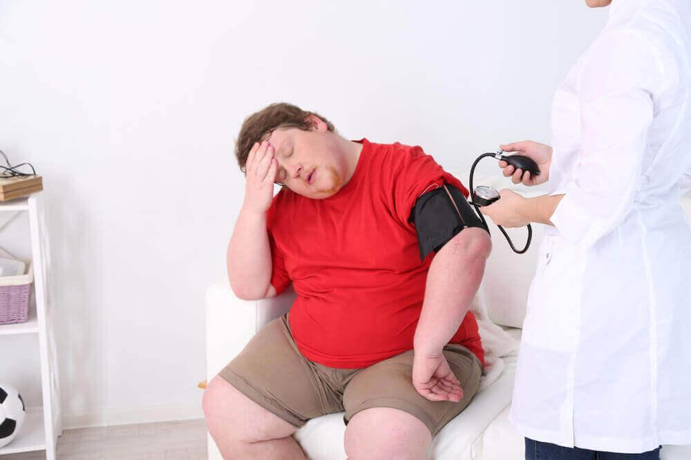 Uomo obeso dal medico.