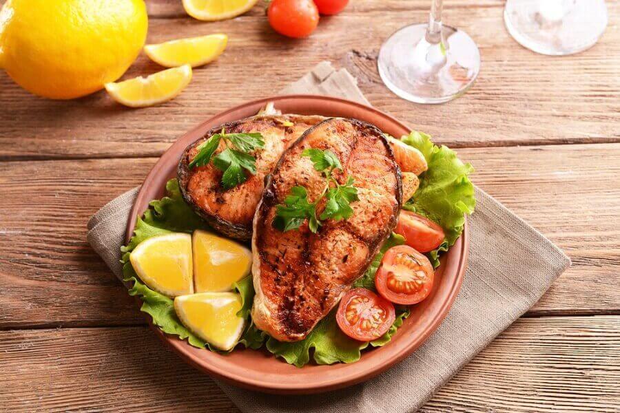 Piatto con pesce e insalata.