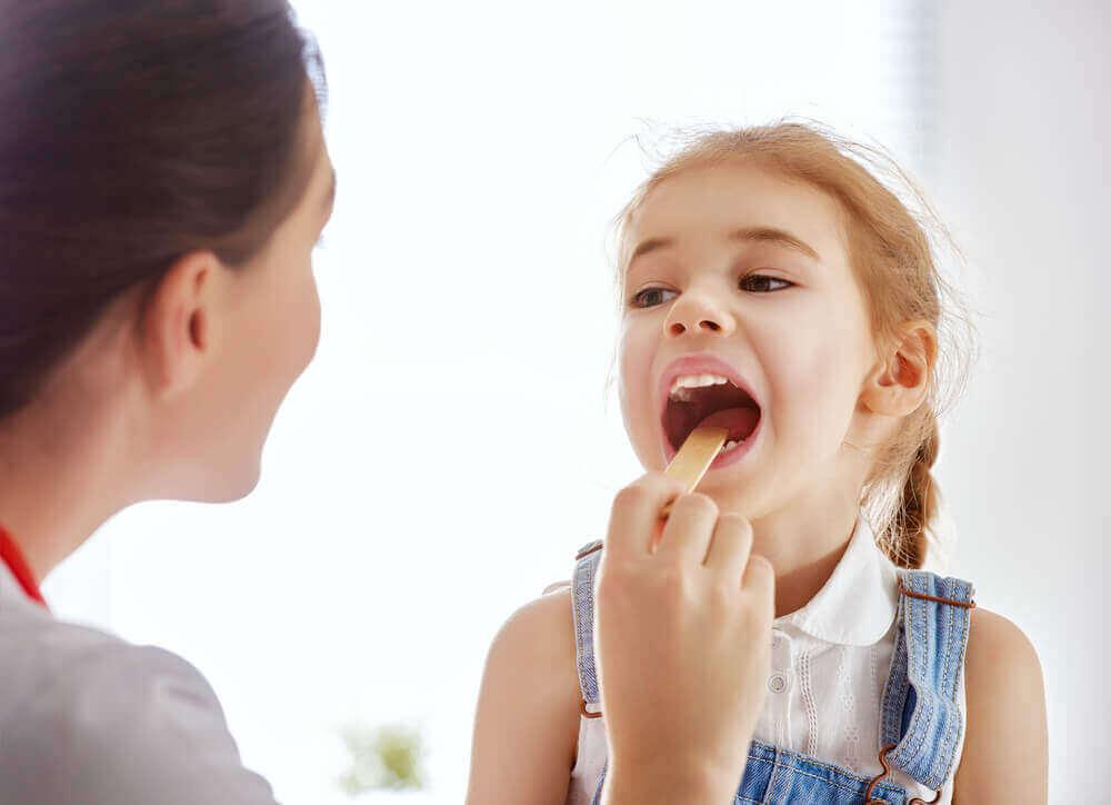 Bambina con le placche in gola.