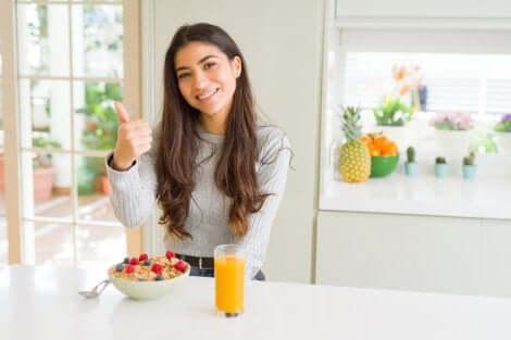 Ragazza davanti a colazione sana.