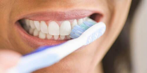Donna che si spazzola i denti.