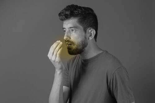 Uomo con alitosi.