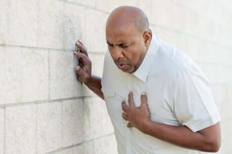 Uomo con infarto.