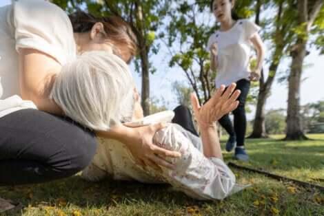 Uomo soccorre una donna con sincope.