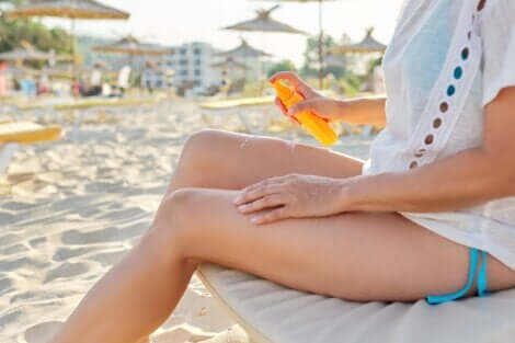 Applicare una lozione solare prima di esporsi al sole riduce il rischio di sviluppare il cancro della pelle.