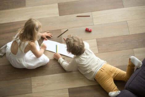 Bambini sul pavimento in legno.