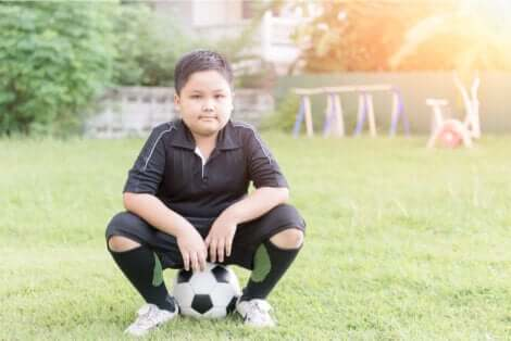 Bambino con pallone da calcio.