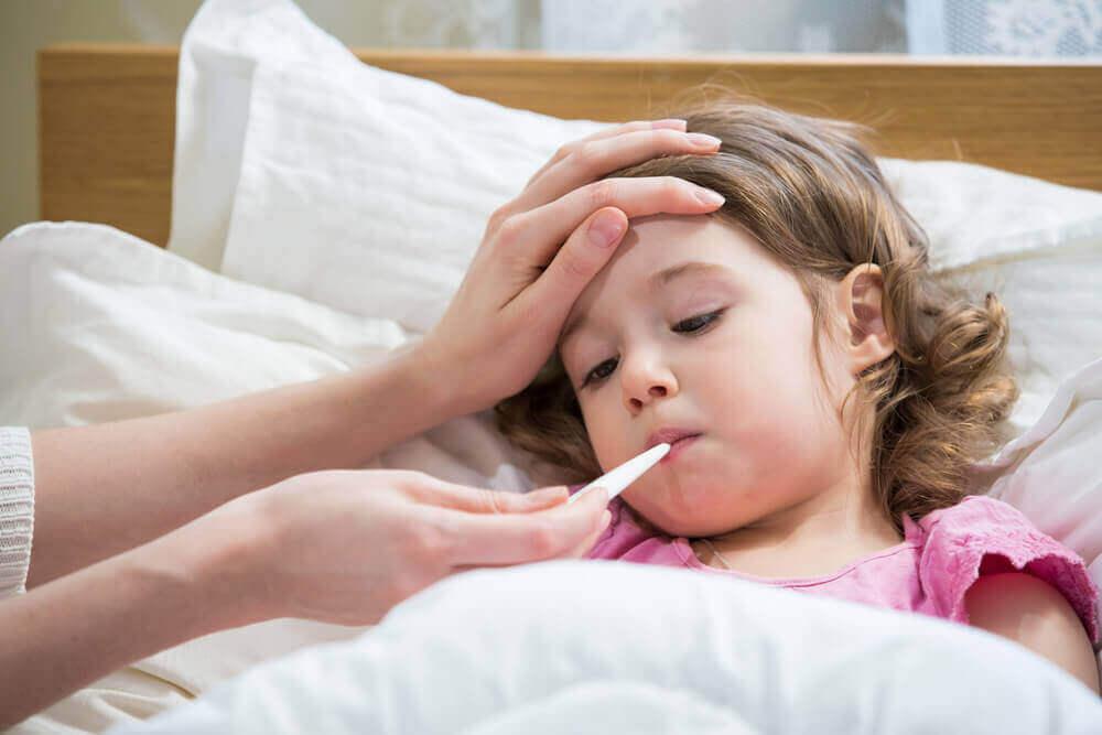 Bambina con la febbre.