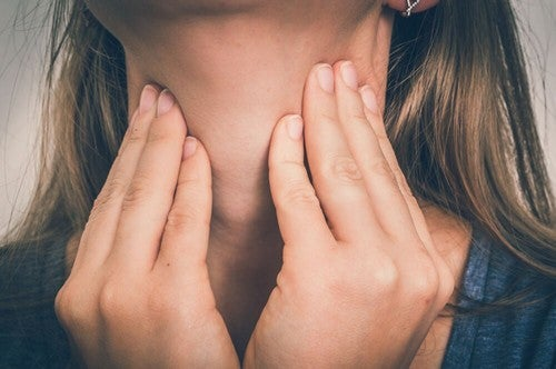 Donna con mal di gola.