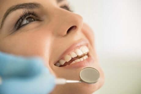 Donna dal dentista.