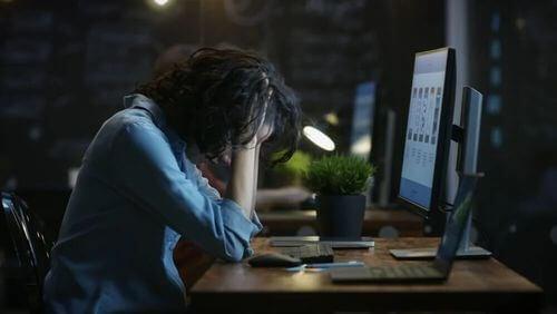 Donna in ansia davanti allo schermo di un computer.