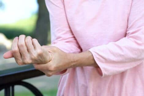 Donna con dolore articolare al polso.