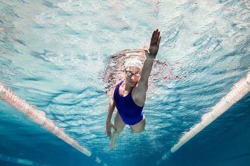 Donna praticando nuoto.