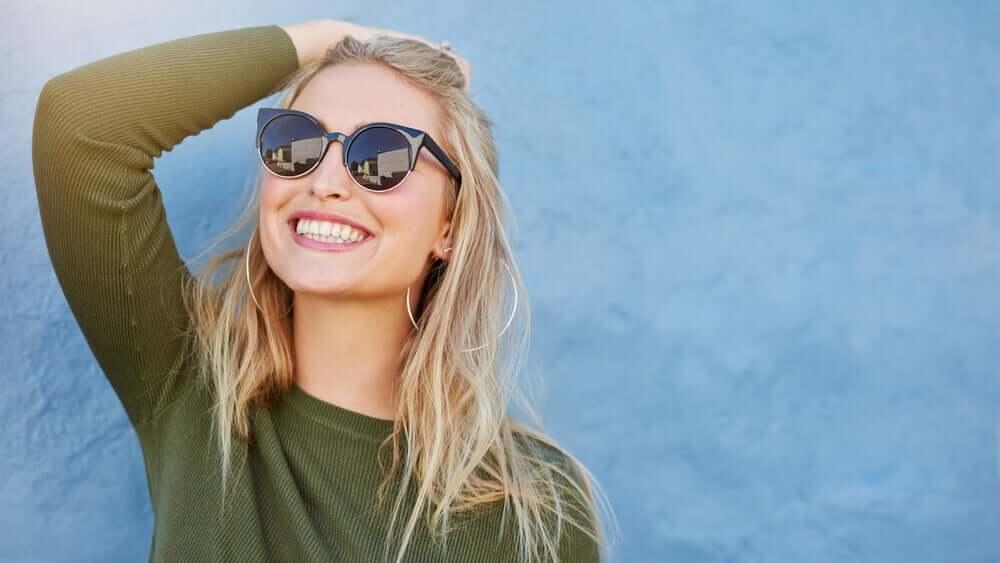 Donna occhiali da sole.