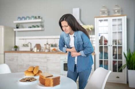 Donna sofferente mano sullo stomaco.