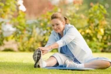 Donna che fa sport per prevenire il dolore fisico.