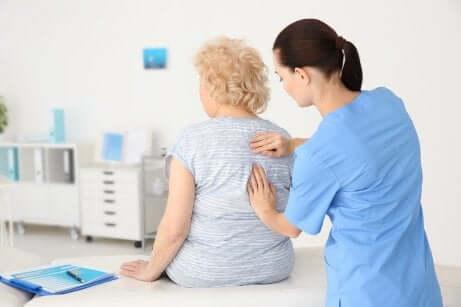 Dottoressa visita schiena signora.