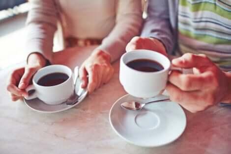 Due tazze di caffè.