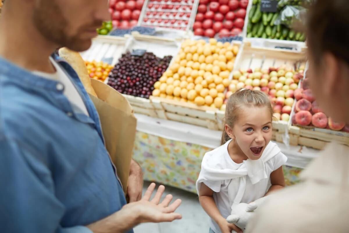 Bambina che urla al supermercato.