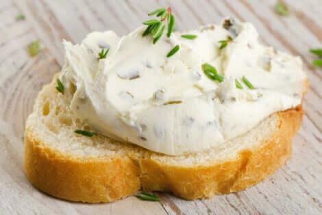 Crostino di pane con formaggio cremoso.