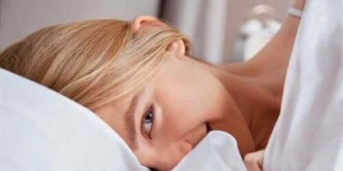 Donna che sorride a letto.