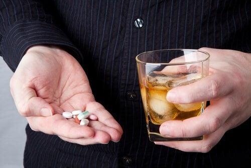Alcol e farmaci: possono essere consumati insieme?