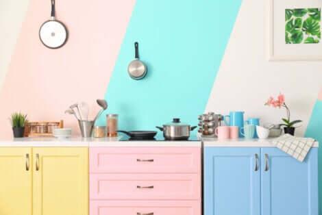 Arredamento della cucina con mobili colorati.
