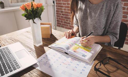 Donna che organizza la propria agenda.
