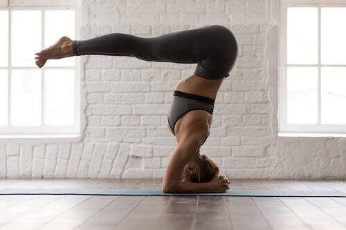 Posizioni yoga di livello avanzato.