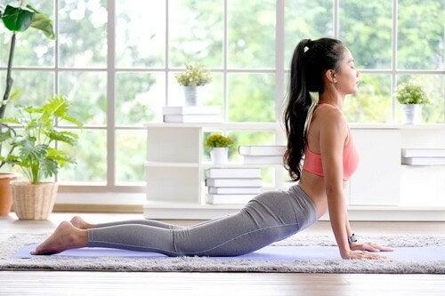 Praticare yoga in casa.