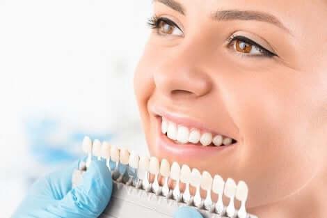 Ragazza con bella dentatura e faccette dentali.