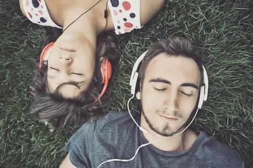 Ragazzi che ascoltano la musica.