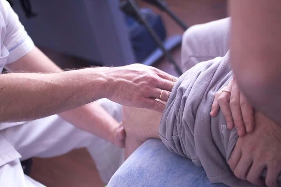Persona con lesione del menisco.
