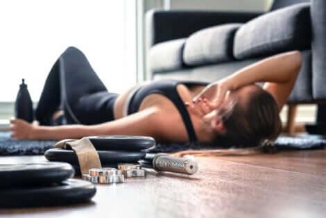 Donna sportiva durante una pausa.