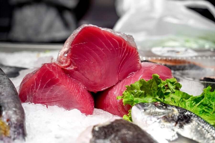 Mangiare tonno crudo.
