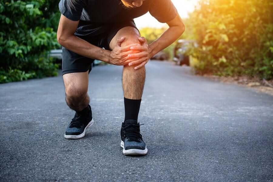 Uomo con dolore ginocchio.