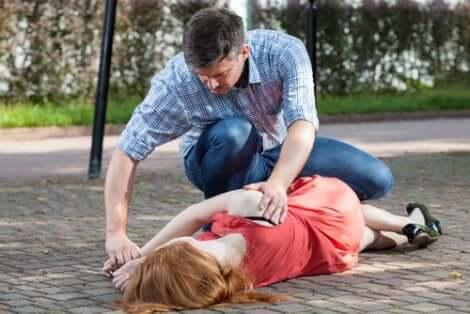 Uomo soccorre donna con lipotimia.