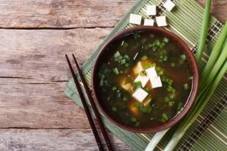 Umami e zuppa orientale e bacchette.