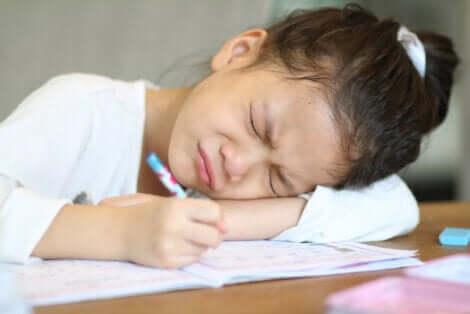 Bambina frustrata mentre scrive.