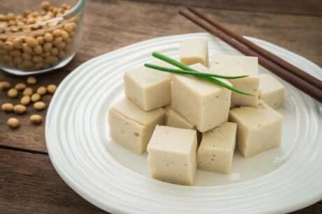 Piatto di tofu per cena.
