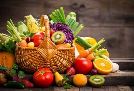 Cesto di frutta e verdura.