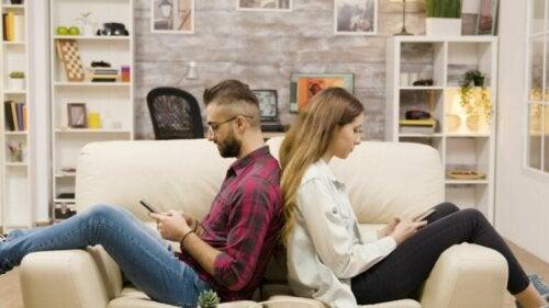 Il partner è distante: come comportarsi?