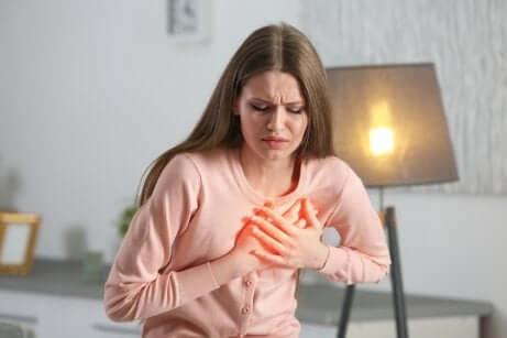 Donna con dolore al petto.