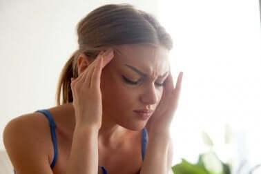 Donna con mal di testa a causa degli ormoni.