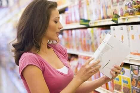 Donna controlla l'etichetta.