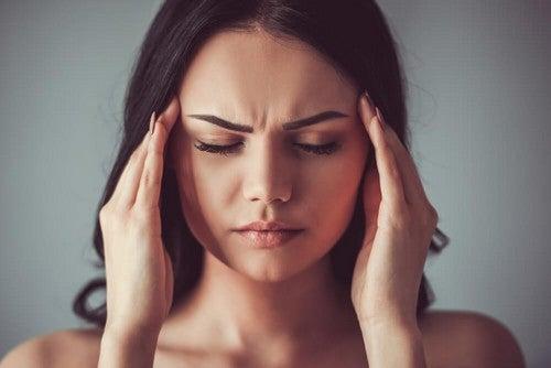 Donna con mal di testa da farmaci.