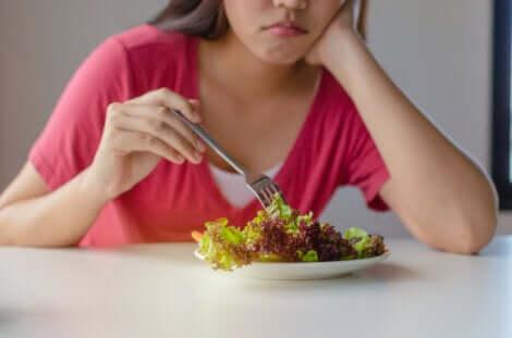 Donna pensa come dimagrire senza patire la fame.