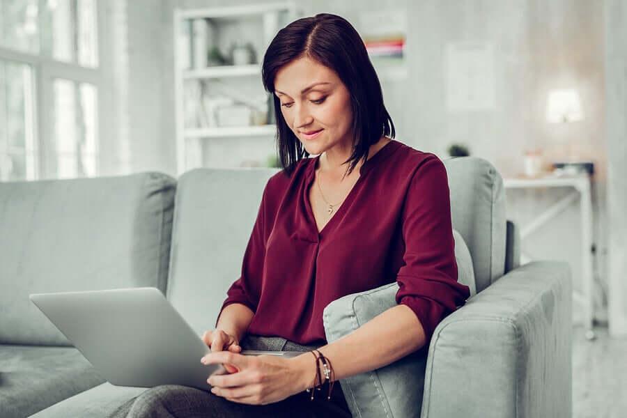 Donna che consulta psicologo online.