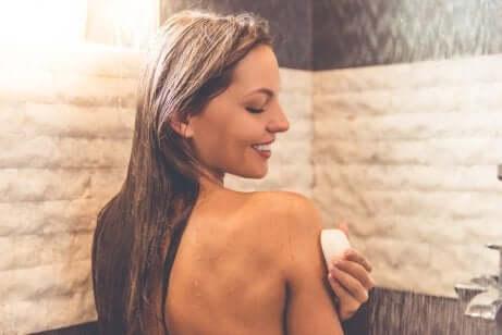 Il sapone neutro è adatto alla cura della pelle e dei capelli.