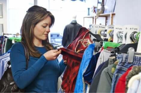 L'acquisto di vestiti usati richiede tempo e pazienza.